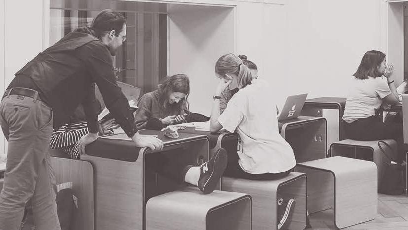 Studierende sitzen vor verschiedenen Devices herum